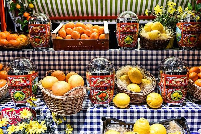 Bộ đồ làm bếp của Dolce & Gabbana khiến các bà nội trợ sành điệu điên đảo - Ảnh 14.