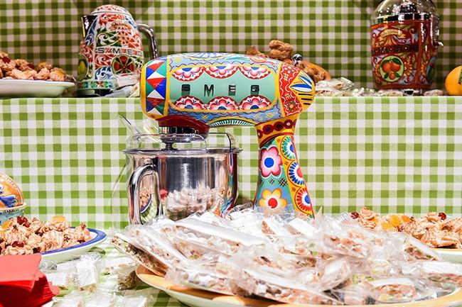Bộ đồ làm bếp của Dolce & Gabbana khiến các bà nội trợ sành điệu điên đảo - Ảnh 12.