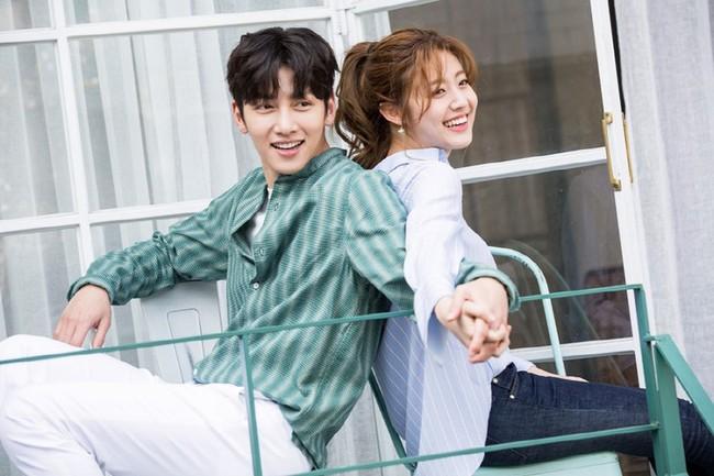 Yoona sẽ không vui đâu: Ji Chang Wook lại đi ôm ấp gái xinh cực tình tứ như này! - Ảnh 1.
