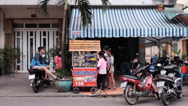Bạn trẻ Sài Gòn rủ nhau ủng hộ cụ bà 70 tuổi bán kem nuôi chồng bệnh và cháu ăn học - Ảnh 2.