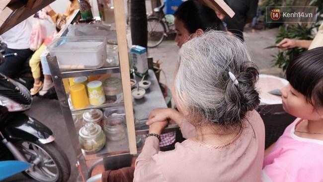 Bạn trẻ Sài Gòn rủ nhau ủng hộ cụ bà 70 tuổi bán kem nuôi chồng bệnh và cháu ăn học - Ảnh 10.
