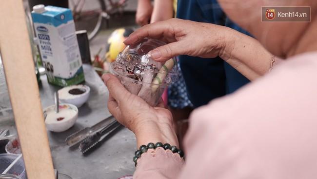 Bạn trẻ Sài Gòn rủ nhau ủng hộ cụ bà 70 tuổi bán kem nuôi chồng bệnh và cháu ăn học - Ảnh 5.