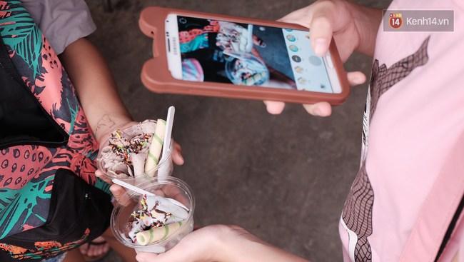 Bạn trẻ Sài Gòn rủ nhau ủng hộ cụ bà 70 tuổi bán kem nuôi chồng bệnh và cháu ăn học - Ảnh 8.