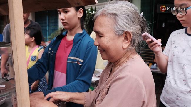 Bạn trẻ Sài Gòn rủ nhau ủng hộ cụ bà 70 tuổi bán kem nuôi chồng bệnh và cháu ăn học - Ảnh 4.