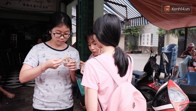 Bạn trẻ Sài Gòn rủ nhau ủng hộ cụ bà 70 tuổi bán kem nuôi chồng bệnh và cháu ăn học - Ảnh 7.