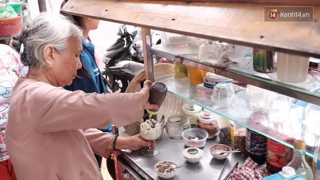 Bạn trẻ Sài Gòn rủ nhau ủng hộ cụ bà 70 tuổi bán kem nuôi chồng bệnh và cháu ăn học - Ảnh 6.