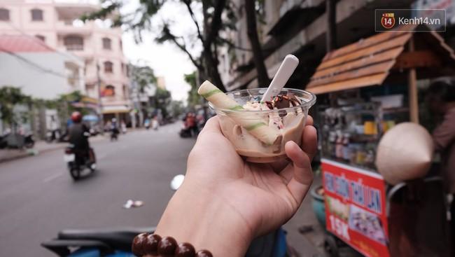 Bạn trẻ Sài Gòn rủ nhau ủng hộ cụ bà 70 tuổi bán kem nuôi chồng bệnh và cháu ăn học - Ảnh 11.