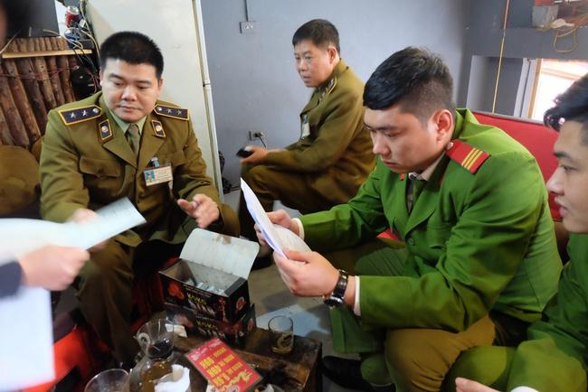 Hà Nội: Xử phạt nhiều hộ kinh doanh bán bóng cười cho giới trẻ ở phố cổ - Ảnh 2.
