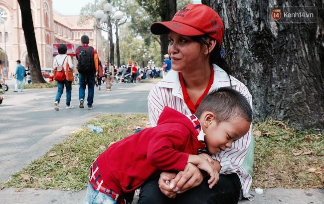 Gặp mẹ con cậu bé lượm ve chai trong bức ảnh xếp dép: Tôi không có tiền cho thằng bé đi học, nó cứ khóc - Ảnh 2.