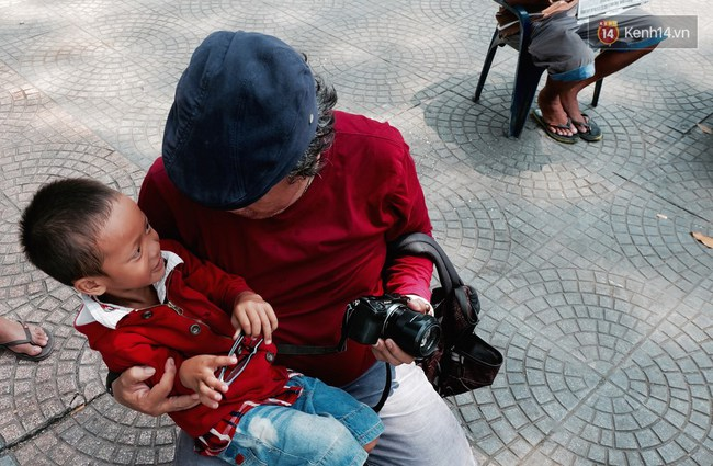 Gặp mẹ con cậu bé lượm ve chai trong bức ảnh xếp dép: Tôi không có tiền cho thằng bé đi học, nó cứ khóc - Ảnh 7.