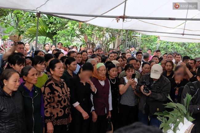 Hàng trăm người bật khóc tiễn biệt bé gái <a taget='_blank' data-cke-saved-href='http://phunuvagiadinh.vn/tag/nguoi-viet' href='http://phunuvagiadinh.vn/tag/nguoi-viet'><i>người Việt</i></a> bị sát hại ở Nhật về với đất mẹ - Ảnh 1.
