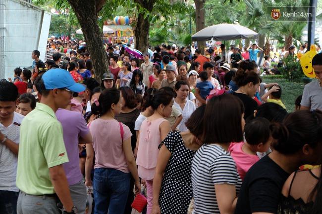 Hà Nội: Biển người chen chân ở vườn thú Thủ Lệ, ngồi la liệt trên bãi cỏ dịp nghỉ lễ 30/4 - Ảnh 9