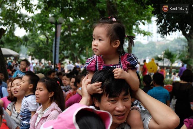 Hà Nội: Biển người chen chân ở vườn thú Thủ Lệ, ngồi la liệt trên bãi cỏ dịp nghỉ lễ 30/4 - Ảnh 11