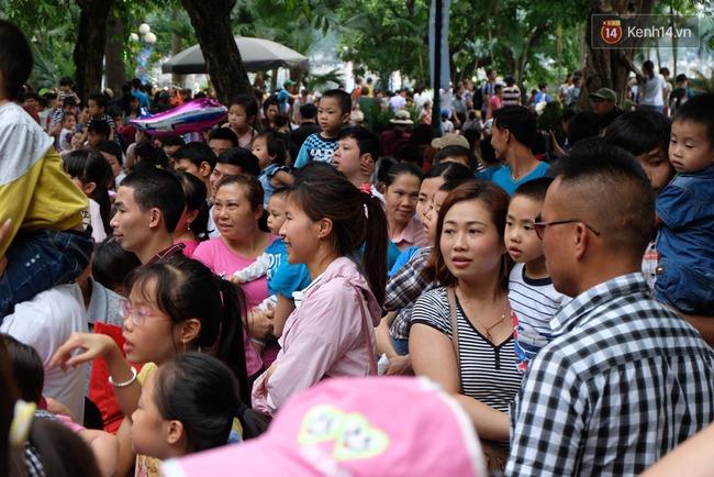 Hà Nội: Biển người chen chân ở vườn thú Thủ Lệ, ngồi la liệt trên bãi cỏ dịp nghỉ lễ 30/4 - Ảnh 8