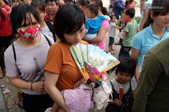 Hà Nội: Biển người chen chân ở vườn thú Thủ Lệ, ngồi la liệt trên bãi cỏ dịp nghỉ lễ 30/4 - Ảnh 13