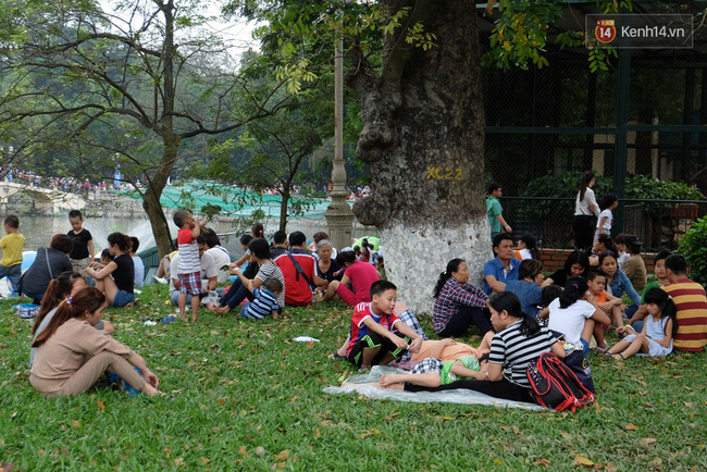 Hà Nội: Biển người chen chân ở vườn thú Thủ Lệ, ngồi la liệt trên bãi cỏ dịp nghỉ lễ 30/4 - Ảnh 18