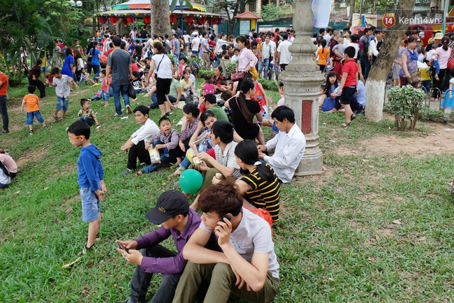 Hà Nội: Biển người chen chân ở vườn thú Thủ Lệ, ngồi la liệt trên bãi cỏ dịp nghỉ lễ 30/4 - Ảnh 15