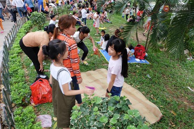 Hà Nội: Biển người chen chân ở vườn thú Thủ Lệ, ngồi la liệt trên bãi cỏ dịp nghỉ lễ 30/4 - Ảnh 16