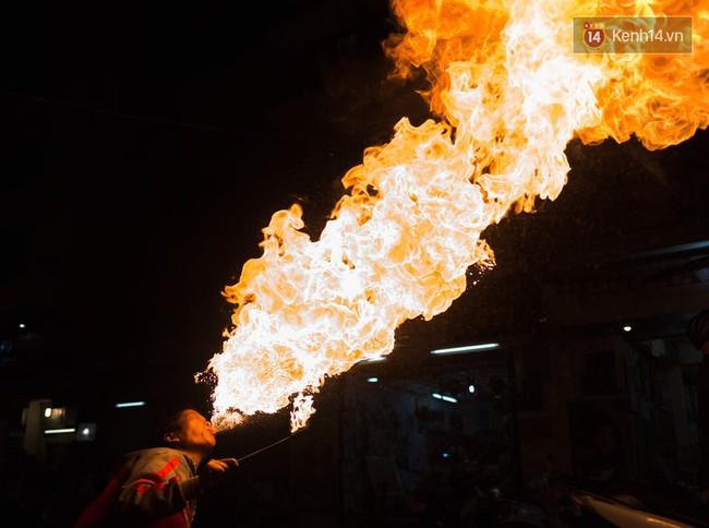 Người mẹ ngậm dầu phun lửa mỗi đêm ở phố Tây Bùi Viện để kiếm tiền nuôi 2 con ăn học - Ảnh 2.