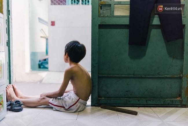 Người mẹ ngậm dầu phun lửa mỗi đêm ở phố Tây Bùi Viện để kiếm tiền nuôi 2 con ăn học - Ảnh 6.