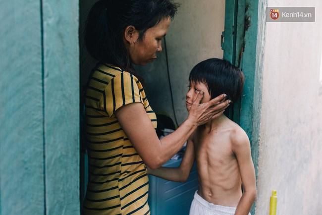 Người mẹ ngậm dầu phun lửa mỗi đêm ở phố Tây Bùi Viện để kiếm tiền nuôi 2 con ăn học - Ảnh 4.