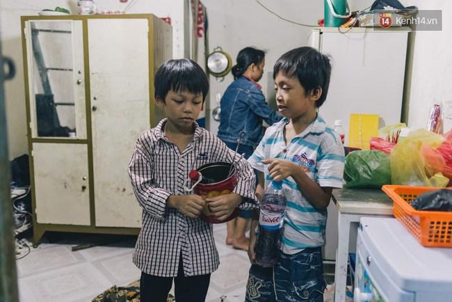 Người mẹ ngậm dầu phun lửa mỗi đêm ở phố Tây Bùi Viện để kiếm tiền nuôi 2 con ăn học - Ảnh 8.