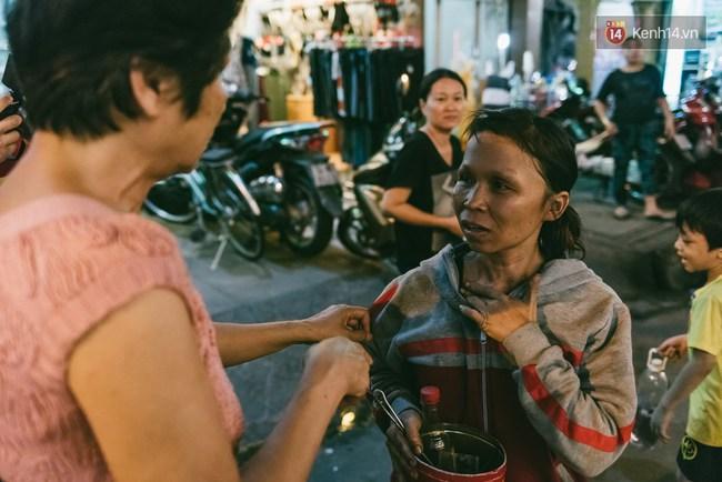 Người mẹ ngậm dầu phun lửa mỗi đêm ở phố Tây Bùi Viện để kiếm tiền nuôi 2 con ăn học - Ảnh 14.