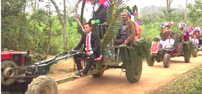 Màn rước dâu bằng 5 xe công nông của cặp đôi lệch nhau 10 tuổi ở Thanh Hóa - Ảnh 4.