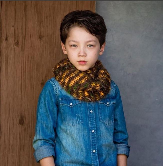 Cậu bé 9 tuổi nói thạo 4 thứ tiếng đốn tim dân mạng bằng vẻ đẹp lai ngọt ngào - Ảnh 7.