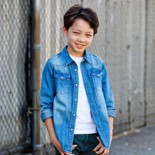 Cậu bé 9 tuổi nói thạo 4 thứ tiếng đốn tim dân mạng bằng vẻ đẹp lai ngọt ngào - Ảnh 3.