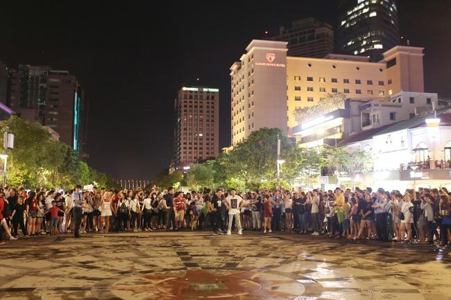 Noo Phước Thịnh cùng rapper Basick làm náo loạn phố đi bộ về đêm - Ảnh 9.