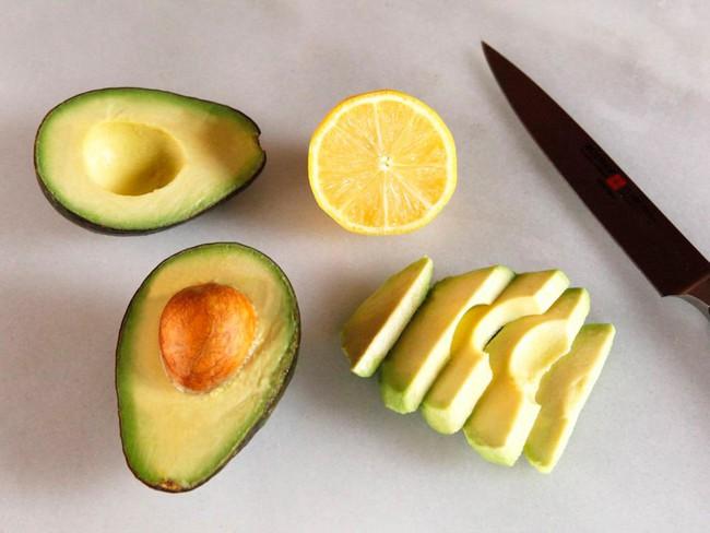 Khi cắt bơ: Chỉ cần 1 thay đổi nhỏ sẽ khiến mọi thứ đơn giản, an toàn hơn - Ảnh 1.