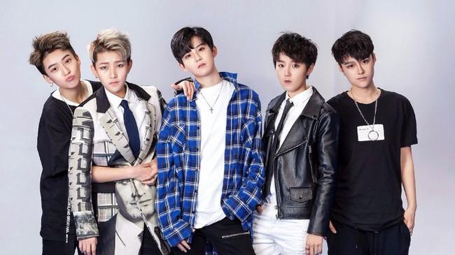Boyband Cpop mới thành lập gây sốt bởi 5 thành viên thực chất đều là... con gái - Ảnh 1.