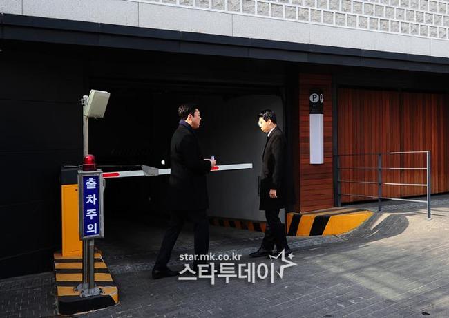HOT: Ơn giời, nữ hoàng sắc đẹp Kim Tae Hee đã xuất hiện với váy ngắn trong đám cưới cực bí mật - Ảnh 11.