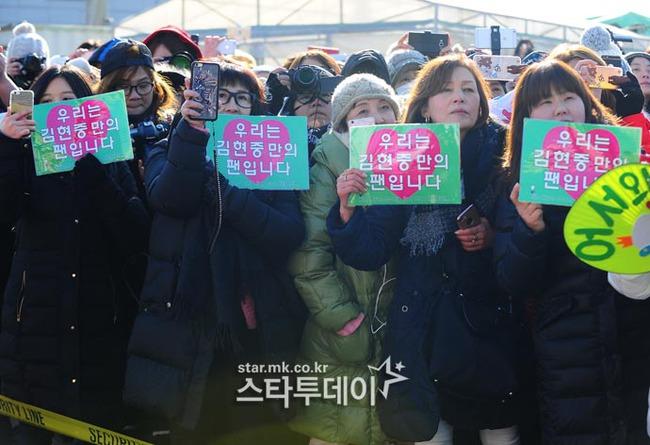 Mặc scandal hành hung, Kim Hyun Joong vẫn được hơn 1.500 fan đến đón ngày xuất ngũ - Ảnh 8.