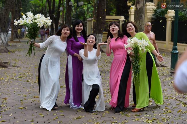Cuối tuần, chị em áo dài váy hoa kéo nhau đi pose ảnh ở con đường lá vàng Phan Đình Phùng - Ảnh 6.