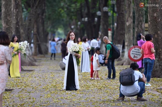 Cuối tuần, chị em áo dài váy hoa kéo nhau đi pose ảnh ở con đường lá vàng Phan Đình Phùng - Ảnh 4.