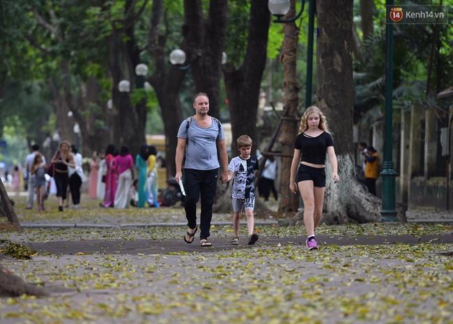 Cuối tuần, chị em áo dài váy hoa kéo nhau đi pose ảnh ở con đường lá vàng Phan Đình Phùng - Ảnh 9.