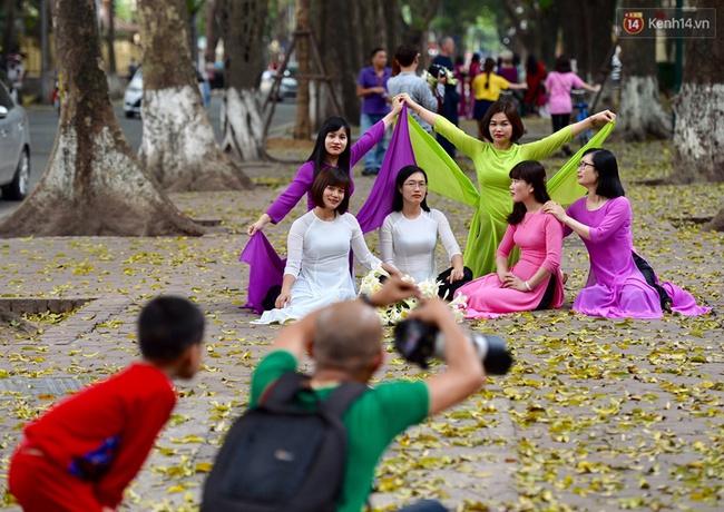 Cuối tuần, chị em áo dài váy hoa kéo nhau đi pose ảnh ở con đường lá vàng Phan Đình Phùng - Ảnh 8.