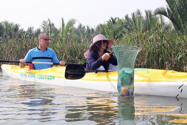 Khách Tây mua tour 10 USD để được chèo thuyền... vớt rác trên sông Hoài, Hội An - ảnh 11