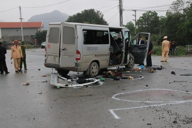 Chùm ảnh: Hiện trường vụ xe đón dâu đâm vào xe tải khiến 3 người thiệt mạng, 16 người khác bị thương - Ảnh 2.