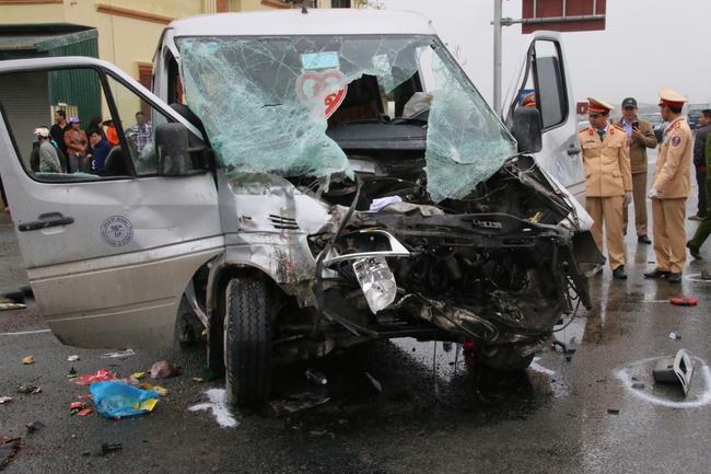 Chùm ảnh: Hiện trường vụ xe đón dâu đâm vào xe tải khiến 3 người thiệt mạng, 16 người khác bị thương - Ảnh 4.