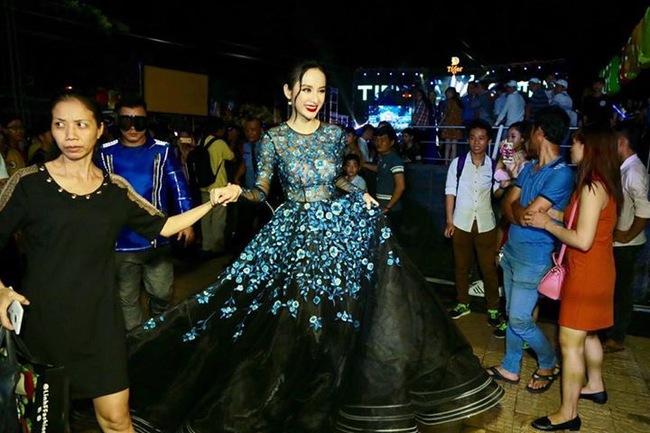 Hoa hậu Thu Thảo và Angela Phương Trinh đụng hàng: Cùng một chiếc váy nhưng mỗi người một vẻ - ảnh 1