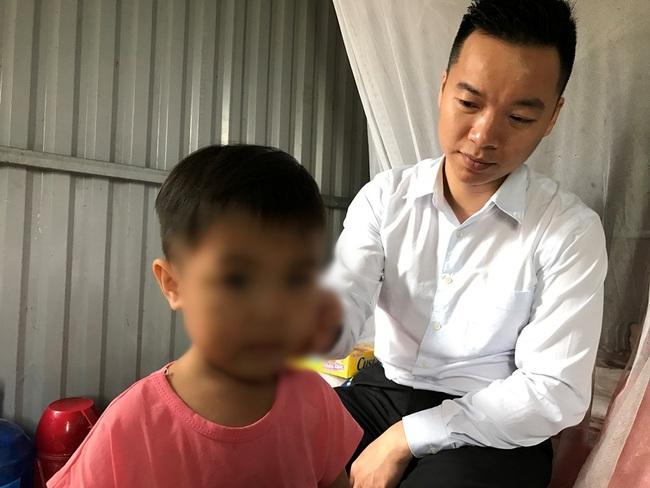 Bé gái 3 tuổi không mặc quần áo bị bắt đứng dưới mưa lạnh: Một luật sư đứng ra lo cho bé đi học - Ảnh 2.