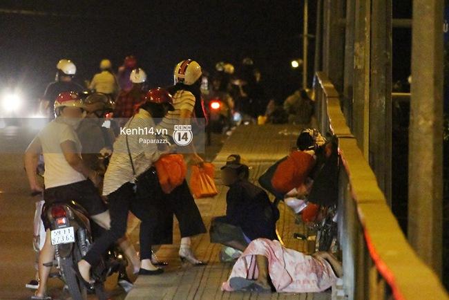 Hoa hậu Kỳ Duyên cùng bạn bè đi xe máy trao quà Tết cho người vô gia cư - Ảnh 1.