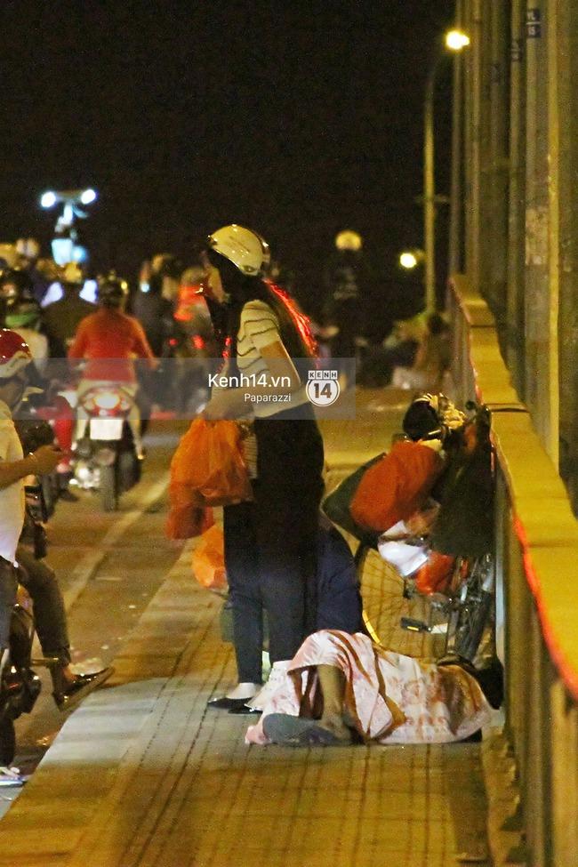 Hoa hậu Kỳ Duyên cùng bạn bè đi xe máy trao quà Tết cho người vô gia cư - Ảnh 3.