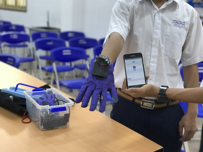 2 nam sinh 10X Sài Gòn chế tạo Găng tay chuyển ngữ giúp người câm điếc có thể nói chuyện bằng lời - Ảnh 3.