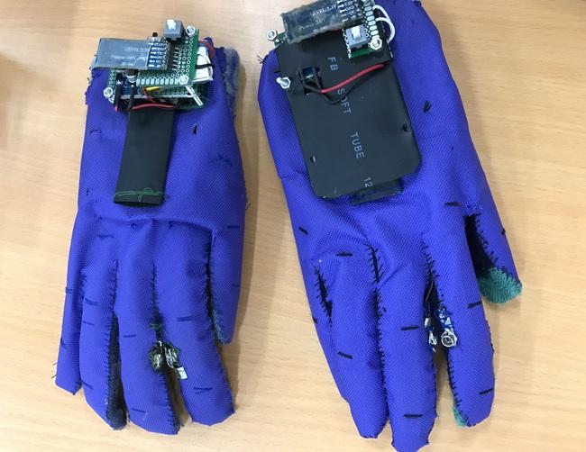 2 nam sinh 10X Sài Gòn chế tạo Găng tay chuyển ngữ giúp người câm điếc có thể nói chuyện bằng lời - Ảnh 4.