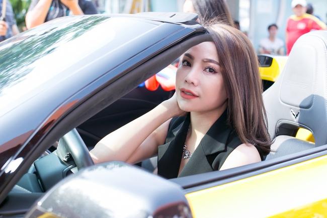 Trà Ngọc Hằng lái siêu xe chở con gái đến họp báo; Phi Thanh Vân khóc nức nở - Ảnh 1.