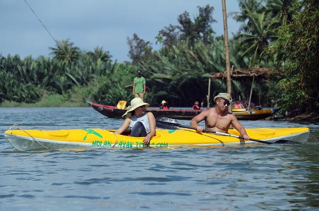 Khách Tây mua tour 10 USD để được chèo thuyền... vớt rác trên sông Hoài, Hội An - ảnh 16